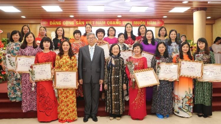 Sáu nhà khoa học nữ Viện Khoa học vật liệu được trao tặng bằng khen tại  Hội nghị biểu dương Nữ trí thức tiêu biểu giai đoạn 2016-2019