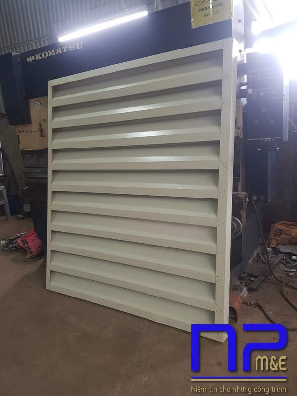 Hình ảnh sản xuất cửa chớp tôn mạ màu vàng kem7