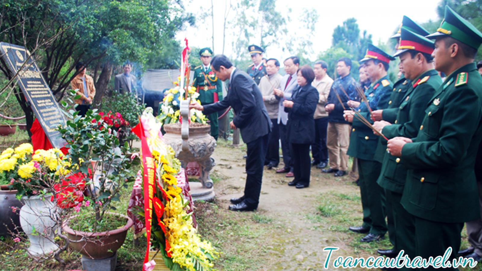 Viếng Mộ Đại Tướng Võ Nguyên Giáp là Đại tướng đầu tiên của Quân đội Nhân dân Việt Nam